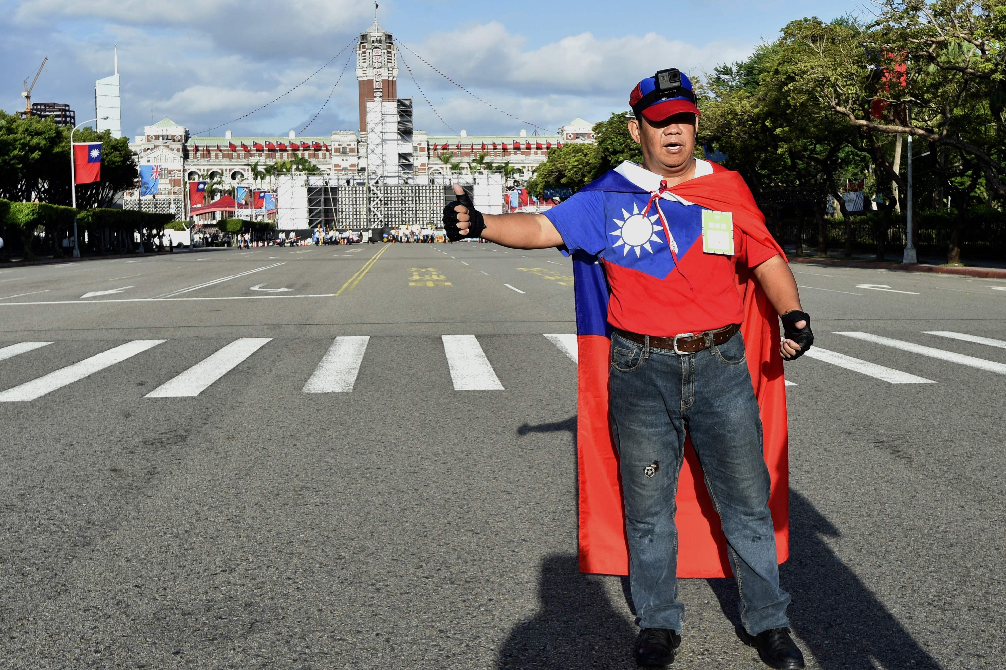 مواطن يرتدى علم تايوان