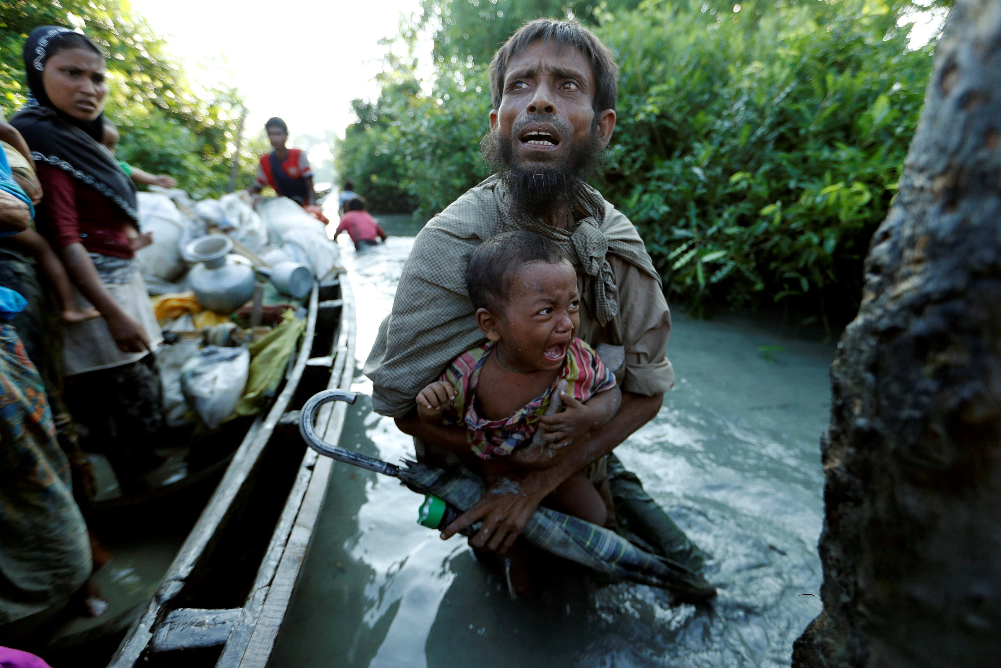 رجل يحمل طفله