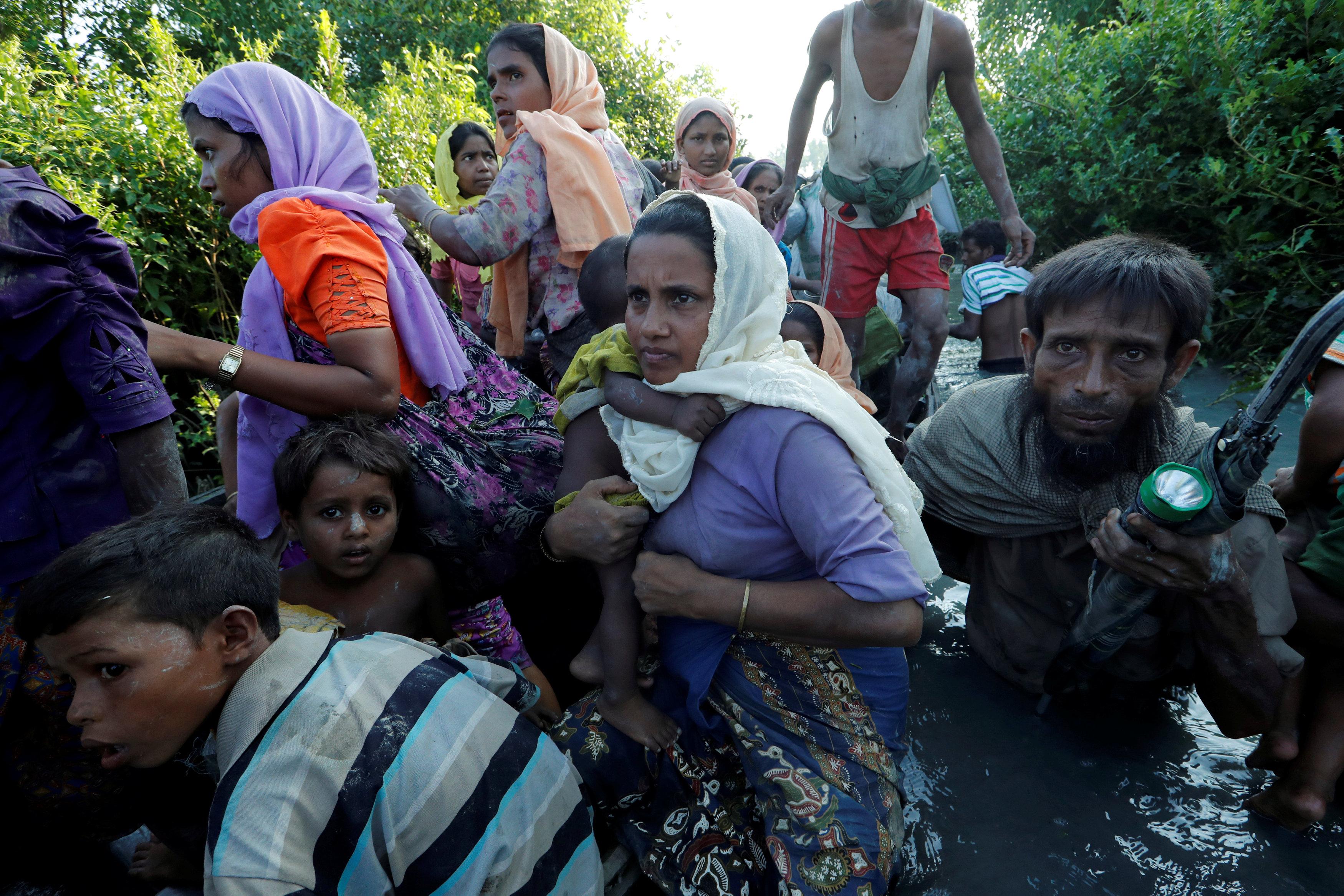 العشرات يهربون إلى بنجلاديش