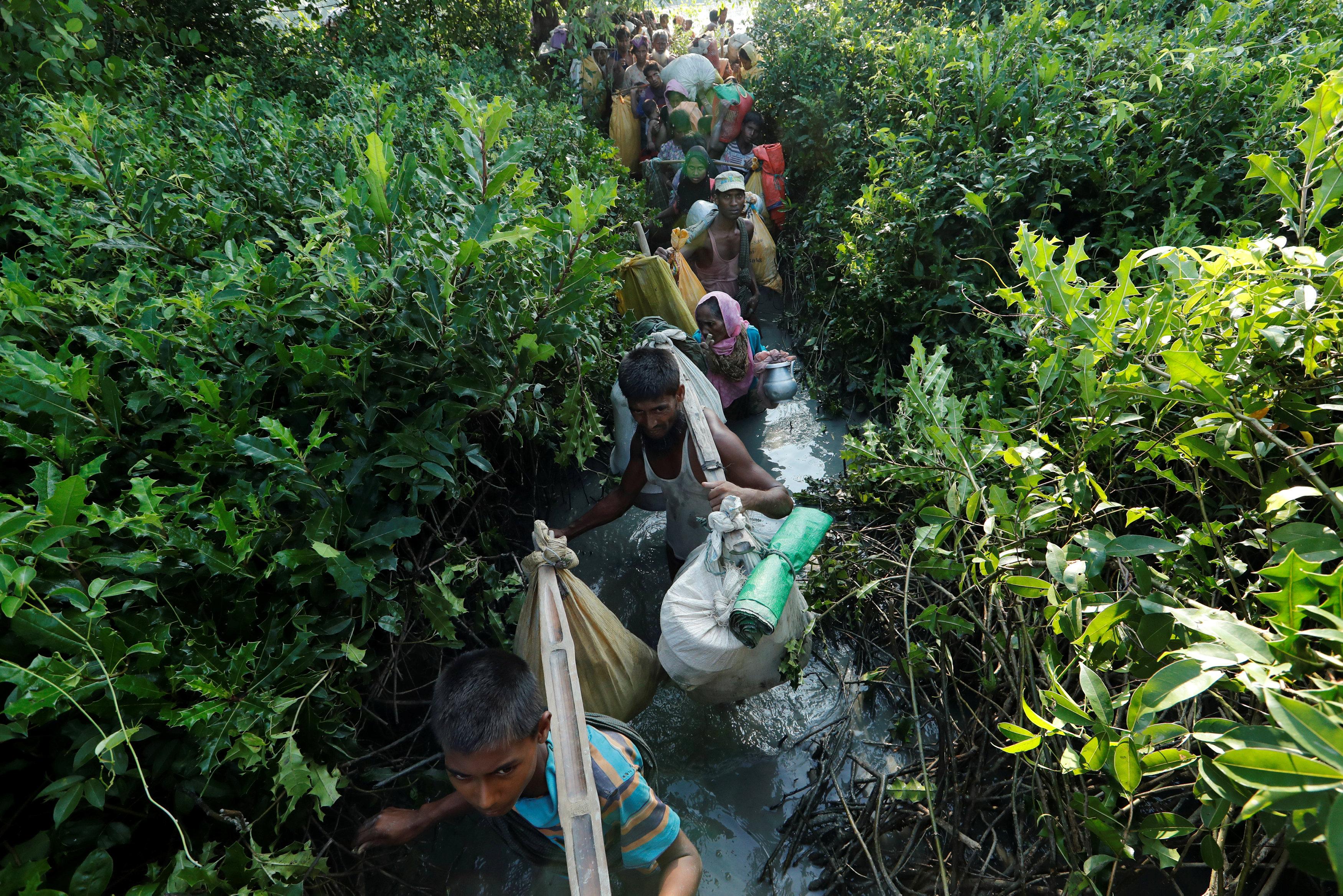 العشرات من مسلمى الروهينجا يعبرون إلى بنجلاديش