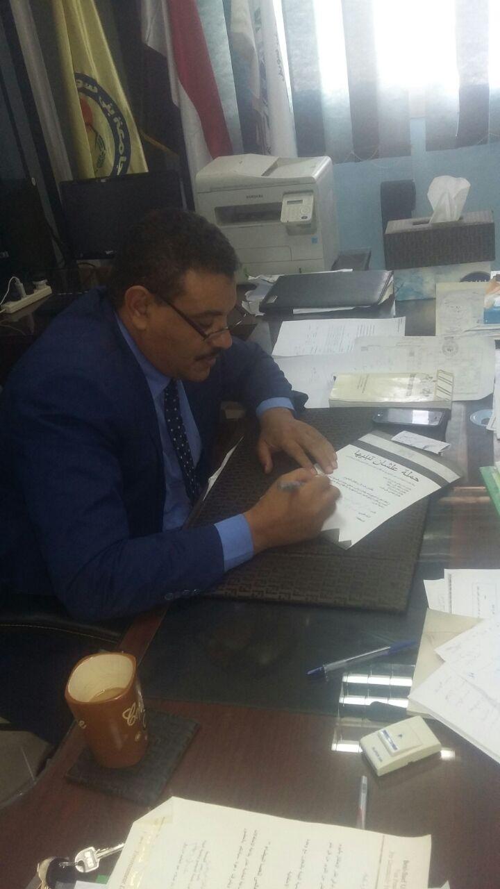 1-عميد كلية علوم سياسية ببنى سويف  يوقع استمارة علشان تبنيها