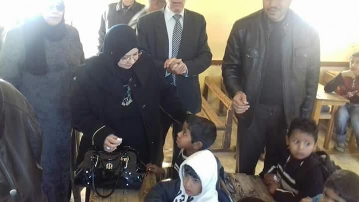 وكيل تعليم شمال سيناء تواصل زيارتها لمدارس الروضة ببئر العبد (1)