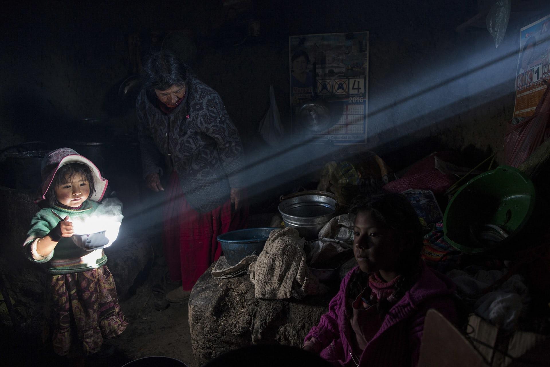 صورة لطفلة تحمل وعاء طعام