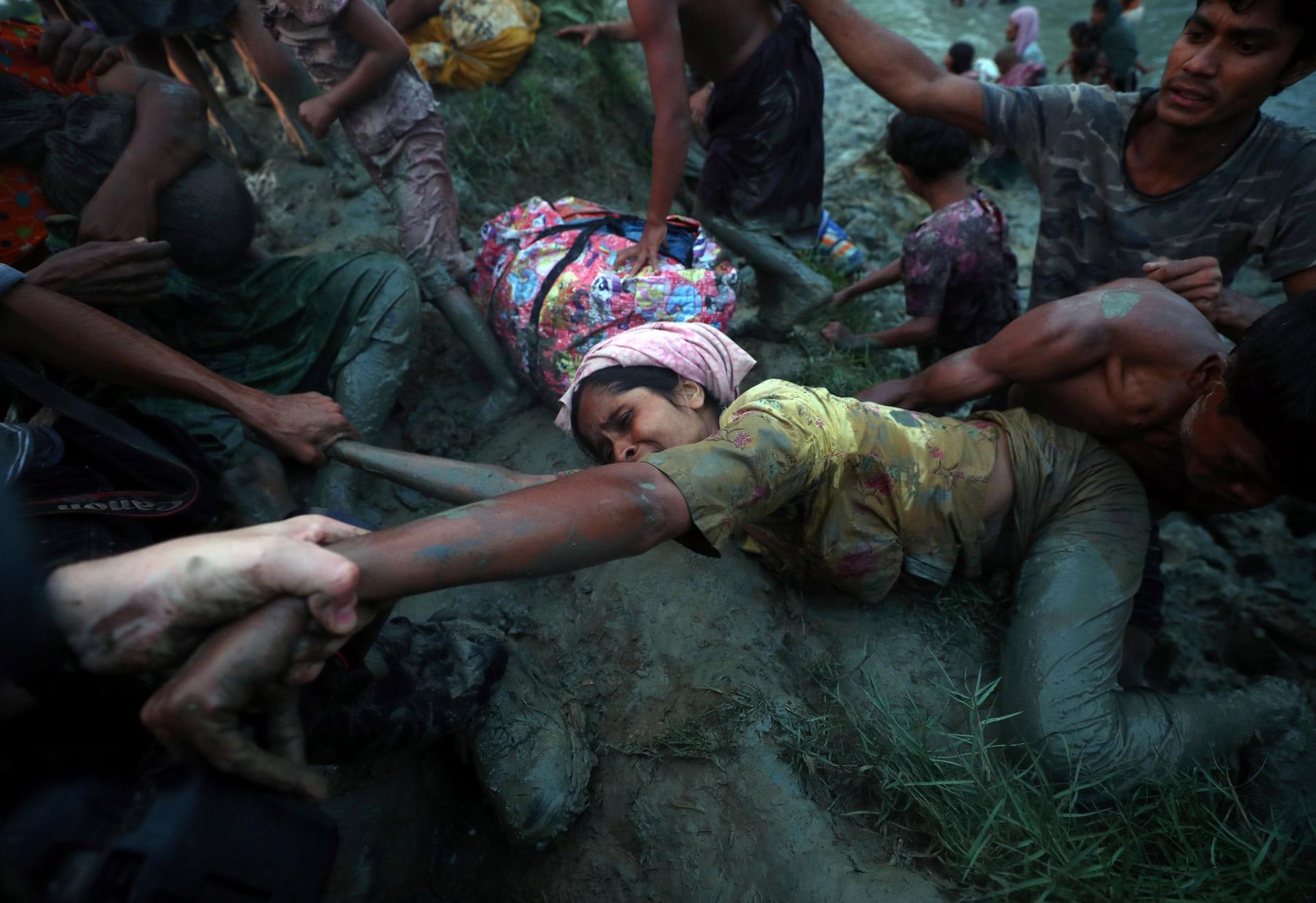 لاجئ الروهينجا اثناء وقوع احدهم في الطين