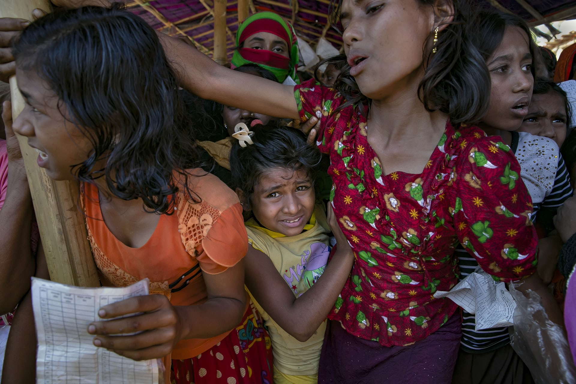 طابور لاجئ الروهينجا لتقديم المساعدة