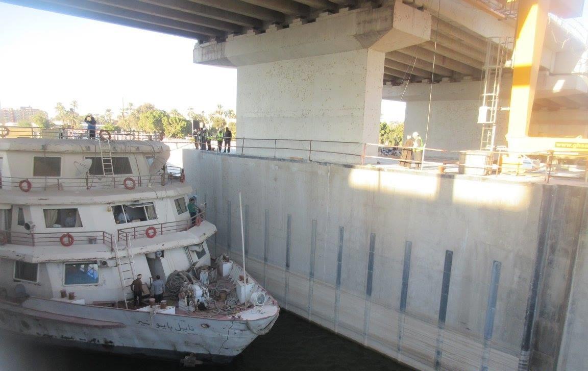 3- جانب من عبور السفينة السياحية أهوسة قناطر اسيوط