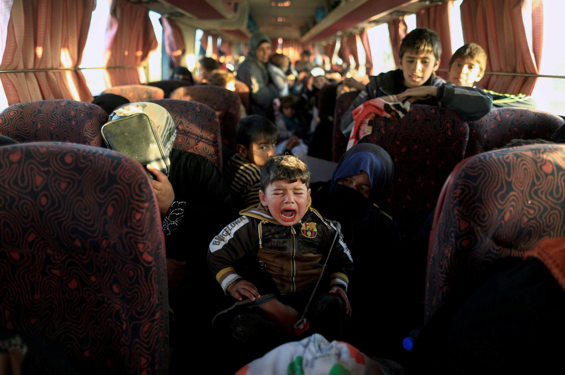 أسرة ترحل من قرية سيطرت عليها داعش