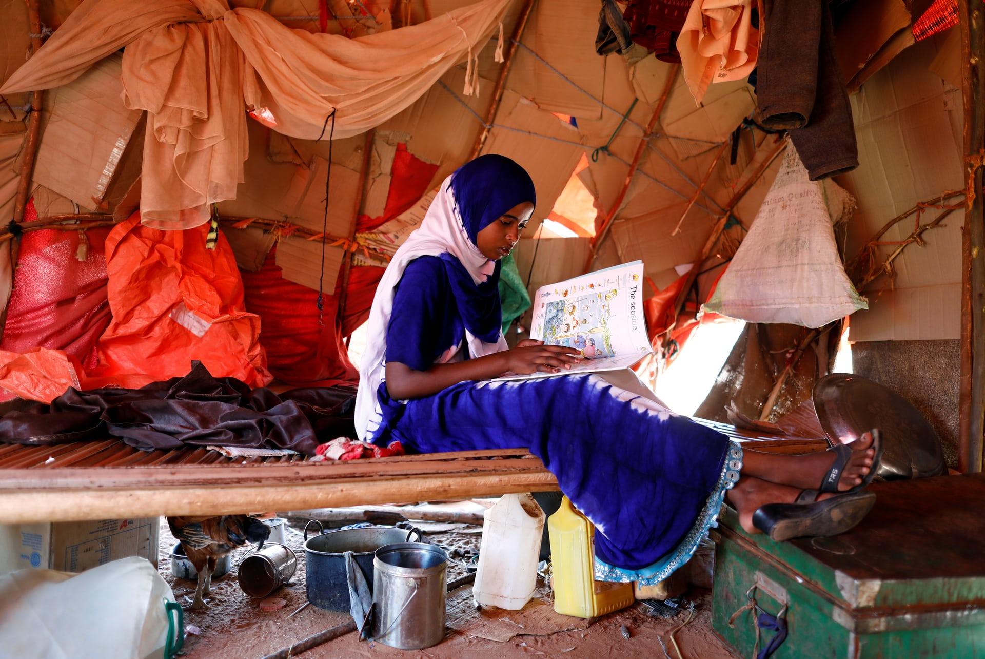 صورة أخري لزينب وهي تقرأ