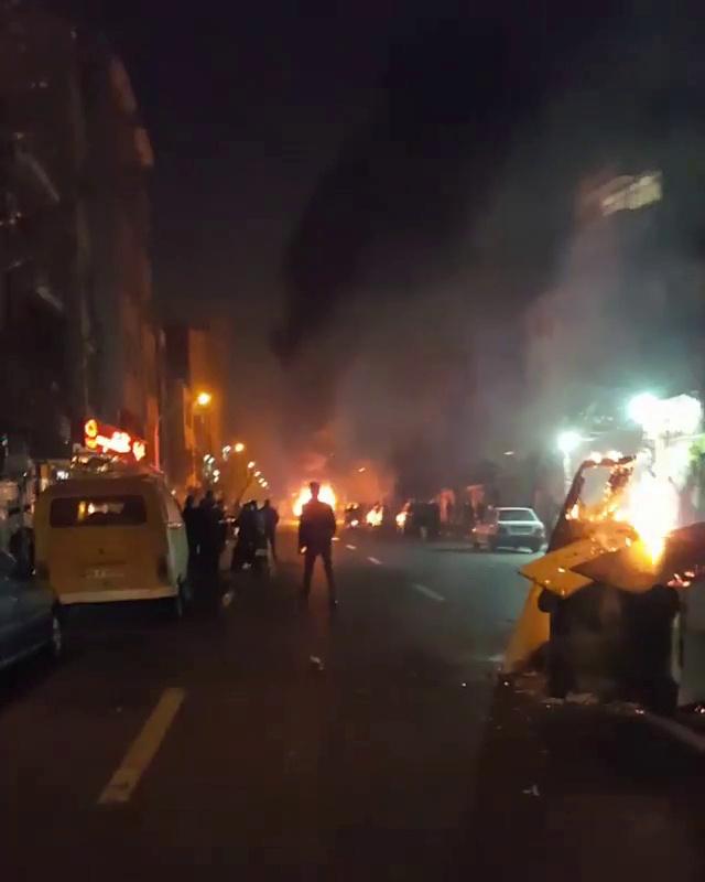 المحتجون يشعلون النار