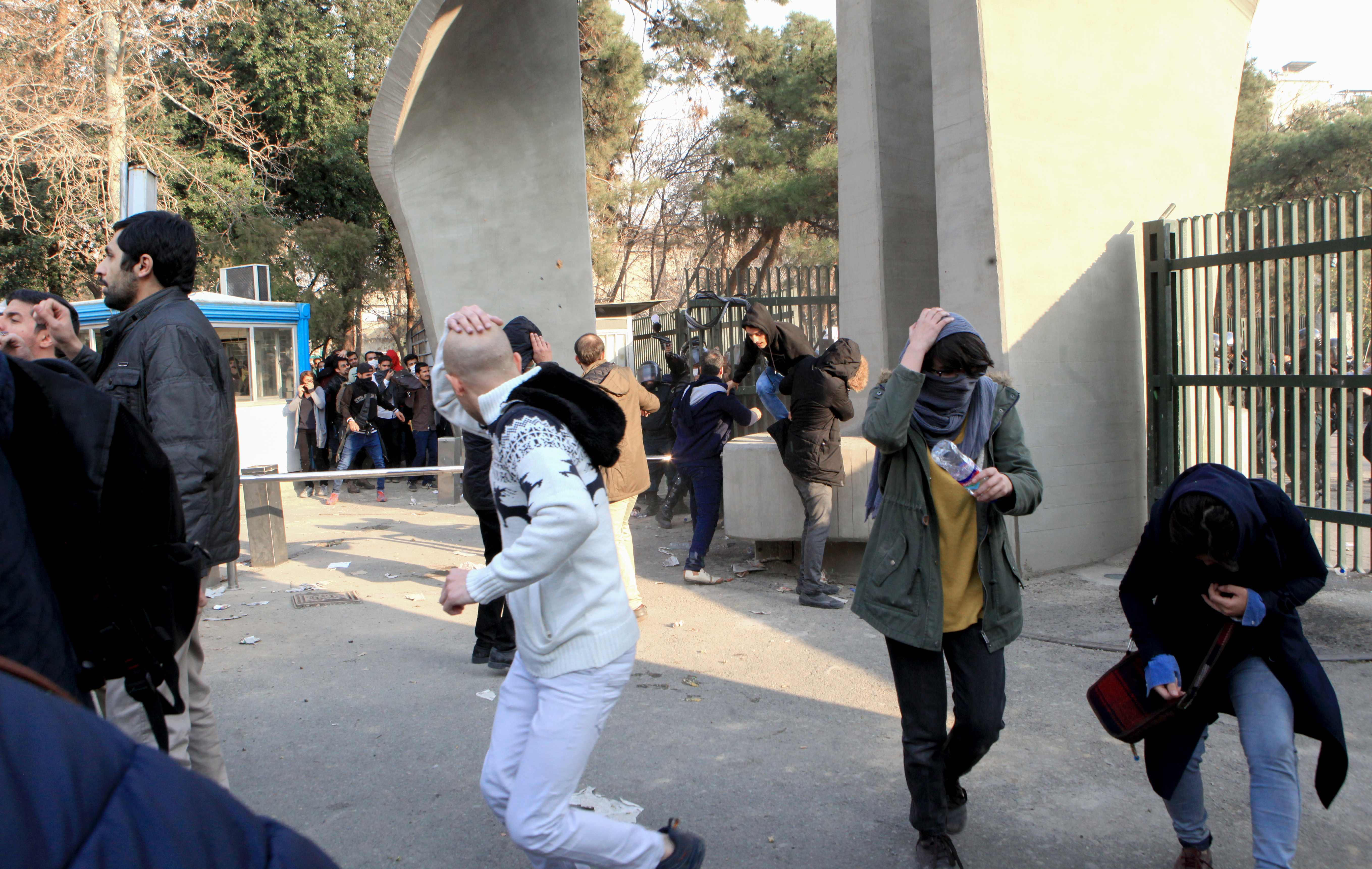مواجهات وعنف بين الشرطة والمحتجين فى ايرام