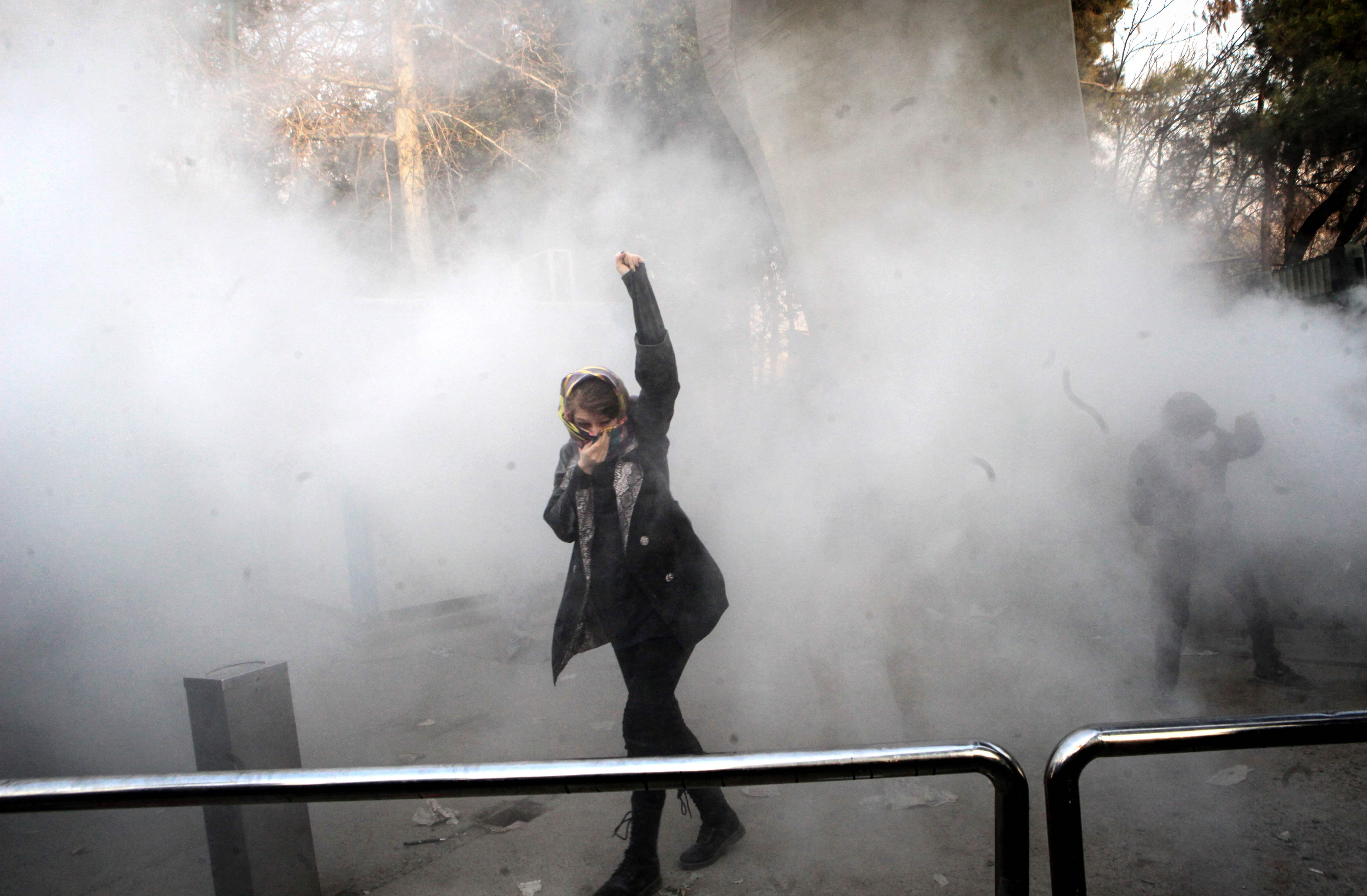 سيدة ايرانية تتحدى الغاز المسيل للدموع