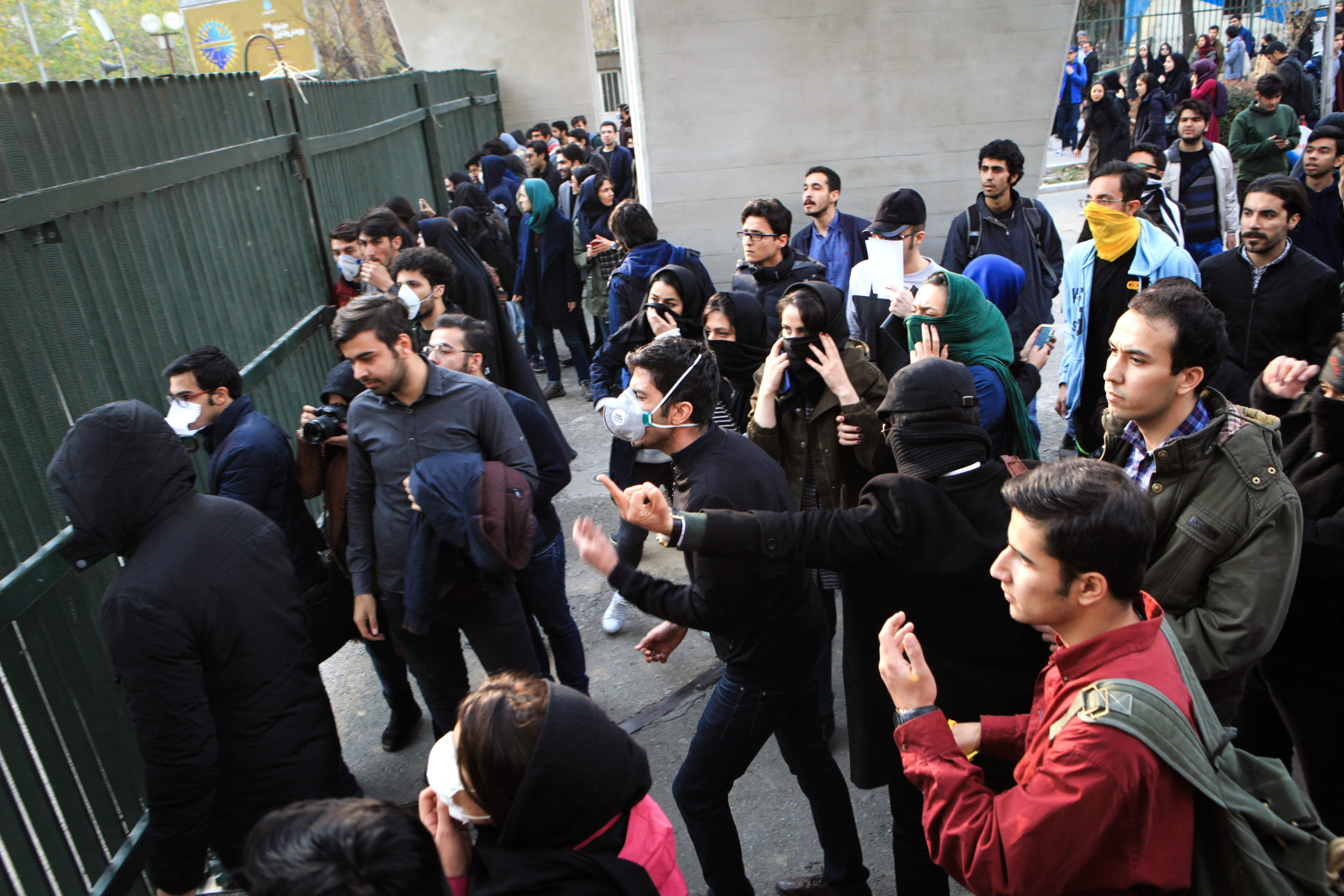 المتظاهرون يواجهون قوات الشرطة الايرانية