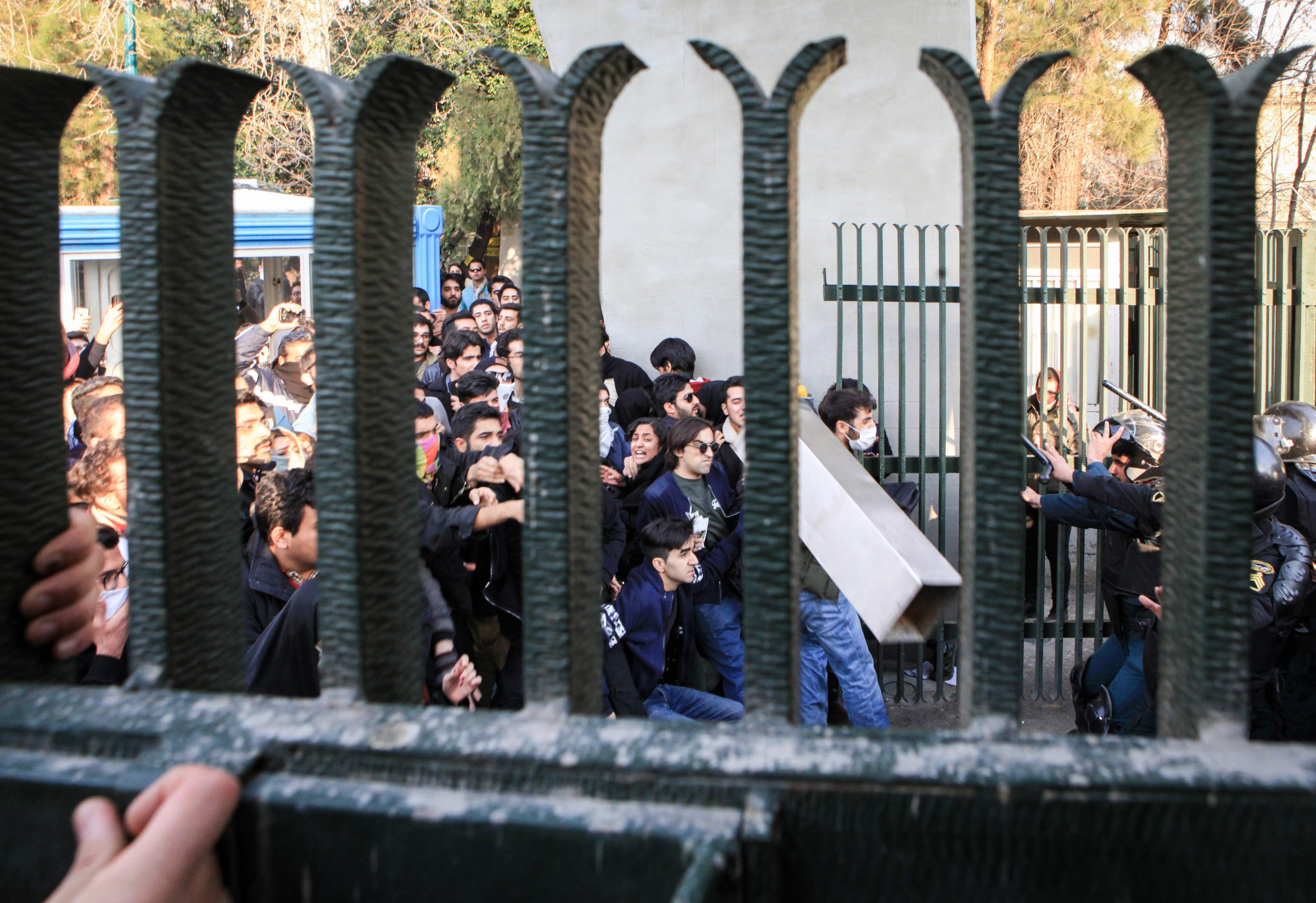 مواجهات ساخنة بين الشرطة الإيرانية ومجتجين