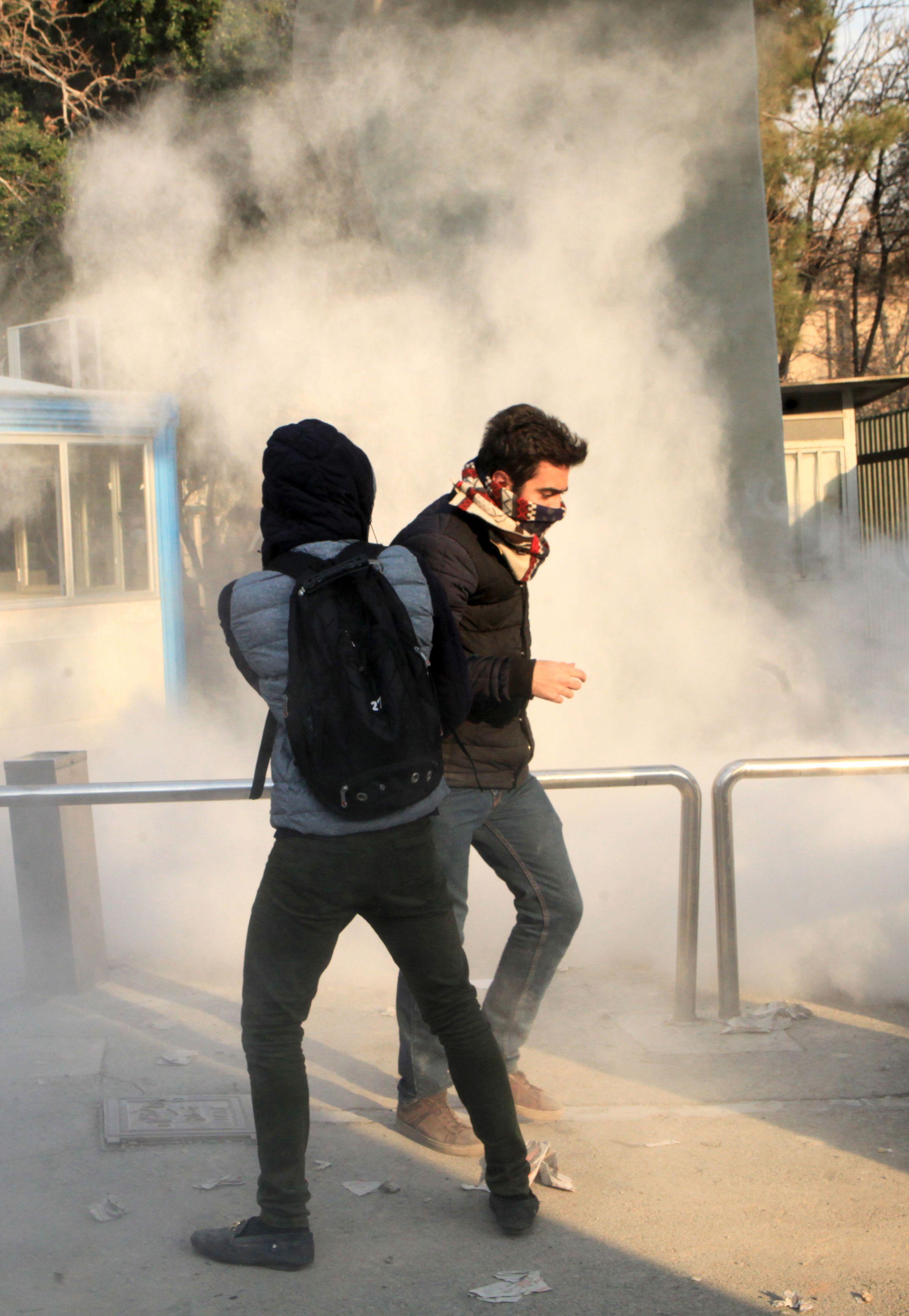 الشرطة الايرانية تطلق الغاز المسيل للدموع على المتظاهرين
