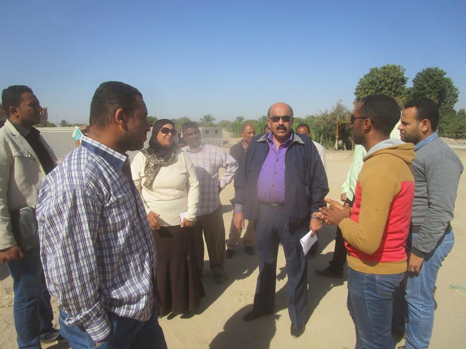 رئيس مدينة إسنا يتفقد تطوير مدرسة ووحدة صحية بقرية النجوع (2)
