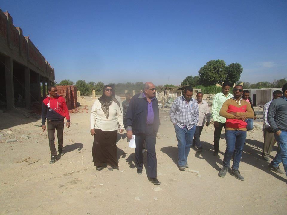 رئيس مدينة إسنا يتفقد تطوير مدرسة ووحدة صحية بقرية النجوع (1)