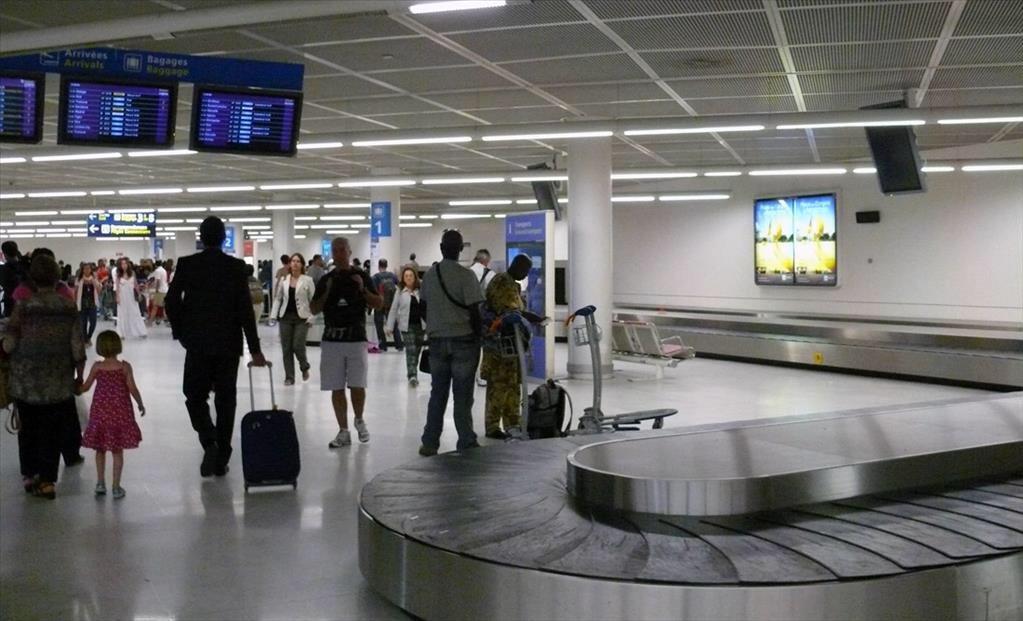 مطار أورلي من الخارج