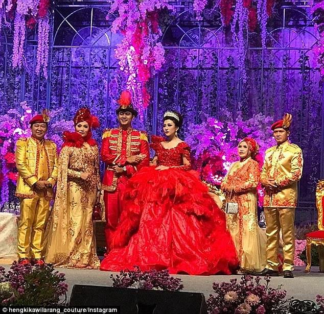 إنتان بعد ما غيرت فستانها وارتدت فستان أحمر هي وزوجها
