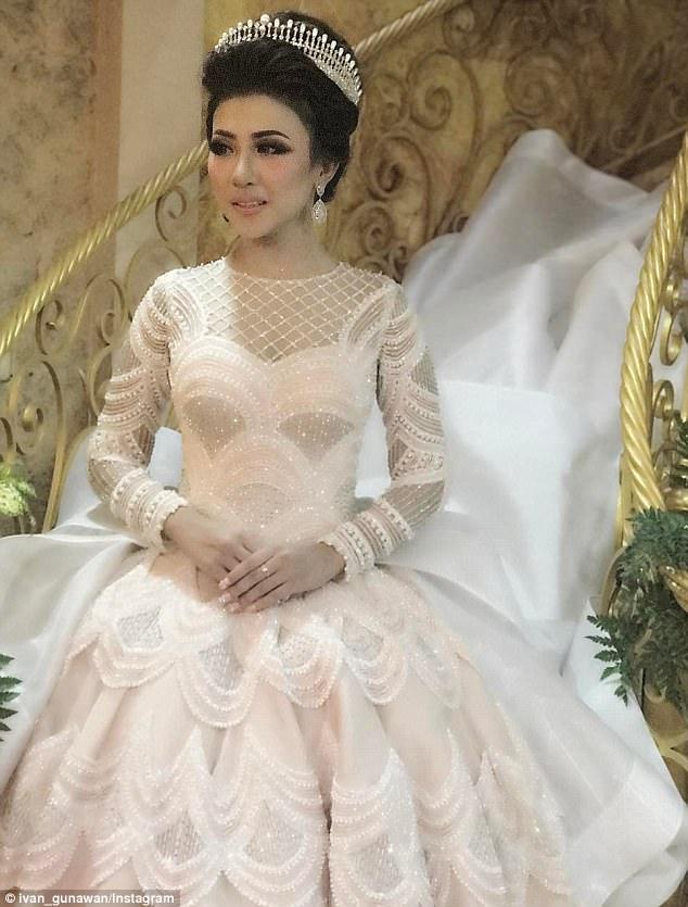 إنتان بفستان زفافها المذهل