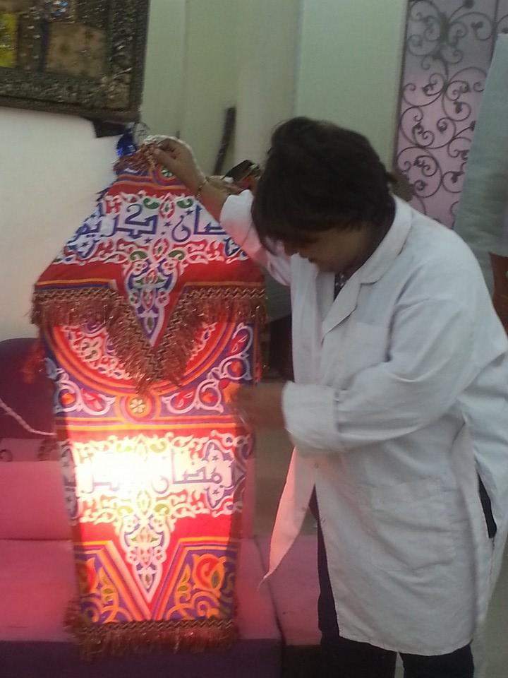 النساء والشباب تصنع زينة رمضان من المخلفات الصناعية (7)