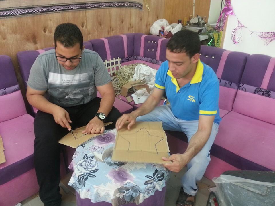 النساء والشباب تصنع زينة رمضان من المخلفات الصناعية (8)