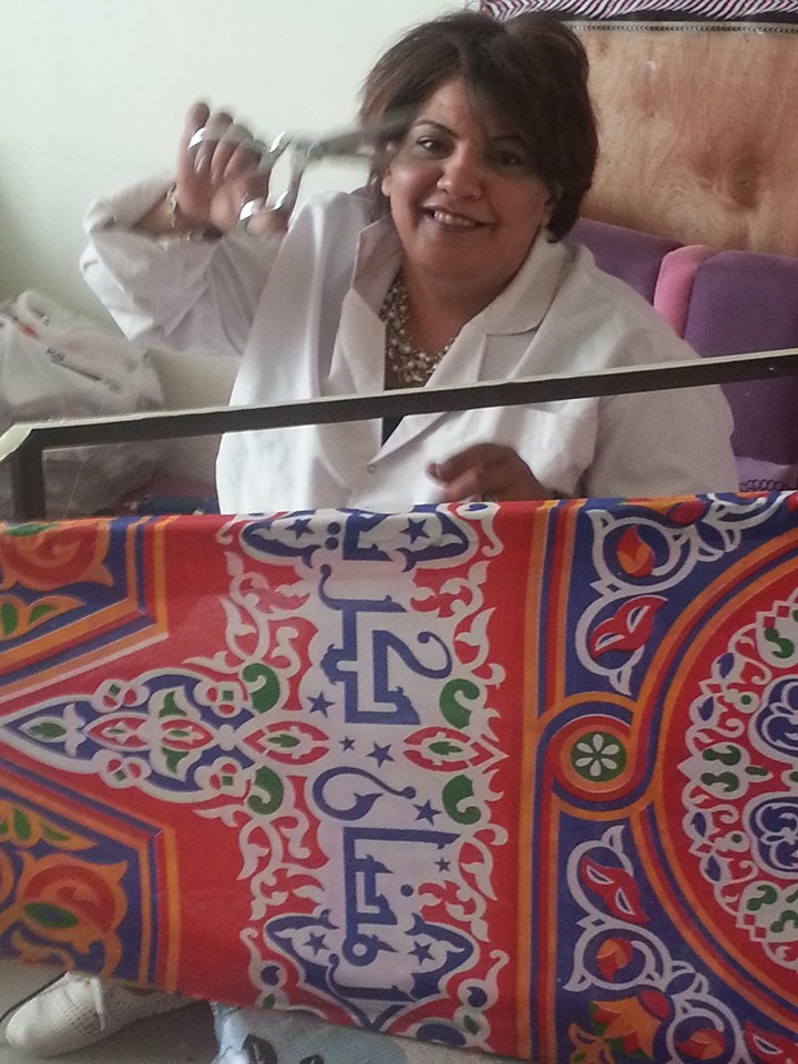 النساء والشباب تصنع زينة رمضان من المخلفات الصناعية (11)