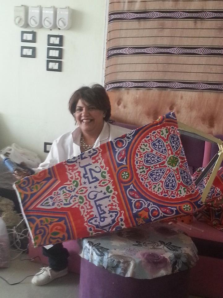 النساء والشباب تصنع زينة رمضان من المخلفات الصناعية (9)