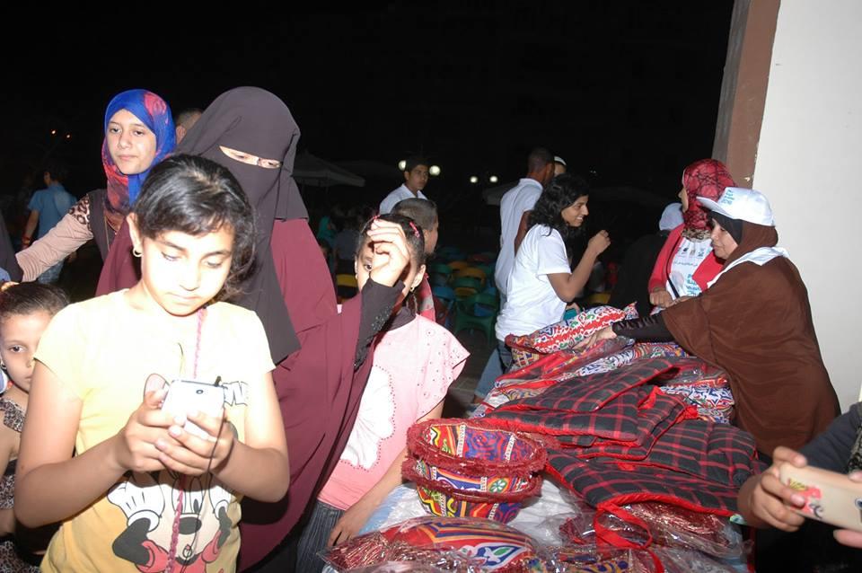 النساء والشباب تصنع زينة رمضان من المخلفات الصناعية (3)