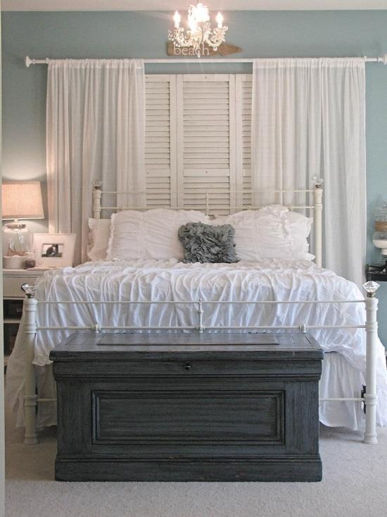 وضع الشيش خلف ستارة غرفة النوم كمظهر جمالي
