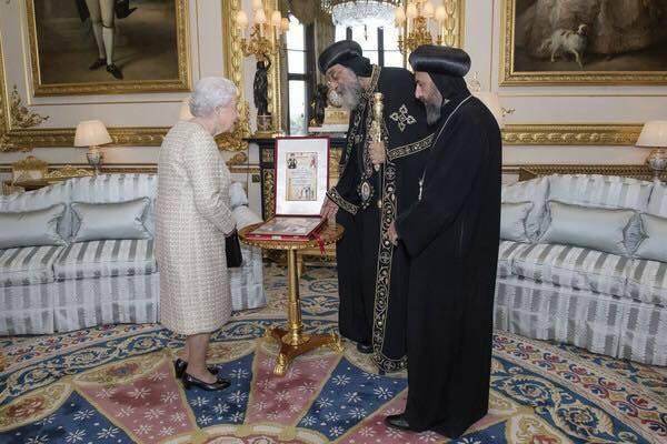 البابا تواضروس خلال لقاءه الملكة اليزابيث  في وقت سابق