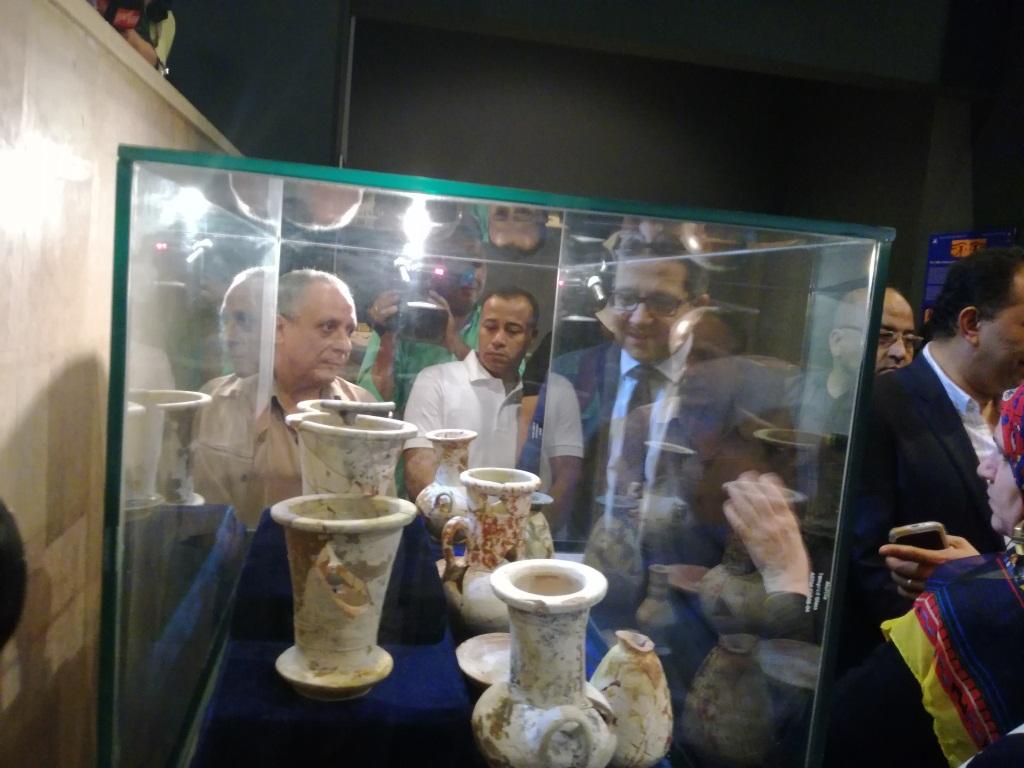 9- الوزير يتفقد مقتنيات اثرية لمقبرة اوسرحات في متحف الاقصر