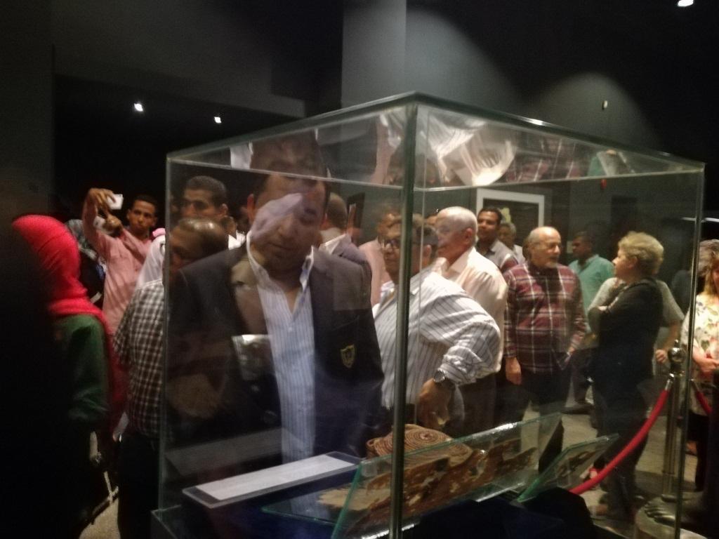 10- المحافظ خلال تفقد معرض متحف الاقصر الاثري