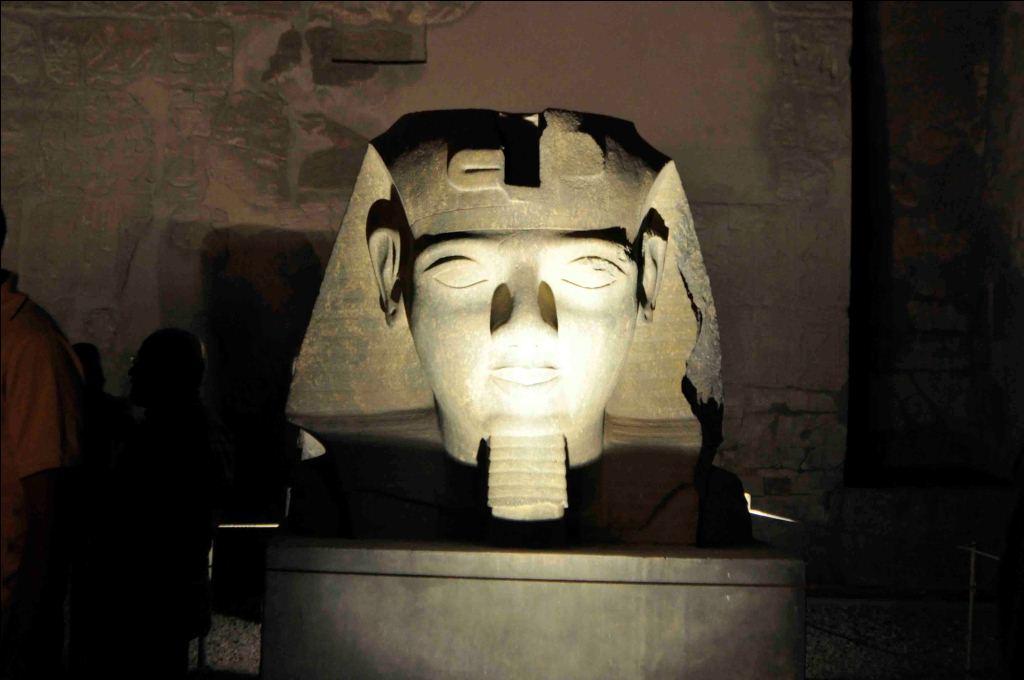 15- رأس تمثال جديد لرمسيس الثاني تنتظر الترميم بواجهة معبد الاقصر
