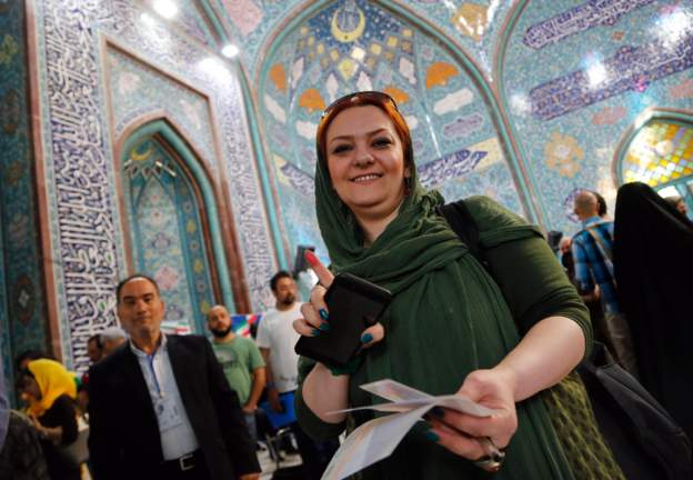 ناخبة ايرانية بعد الادلاء بصوتها في مركز اقتراع بطهران