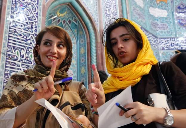 فتاتان ايرانيتنان بعد الادلاء بصوتيهما