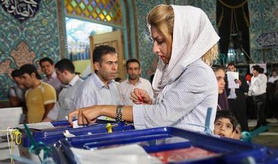 سيدة تنتخب في أحد مراكز الاقتراع