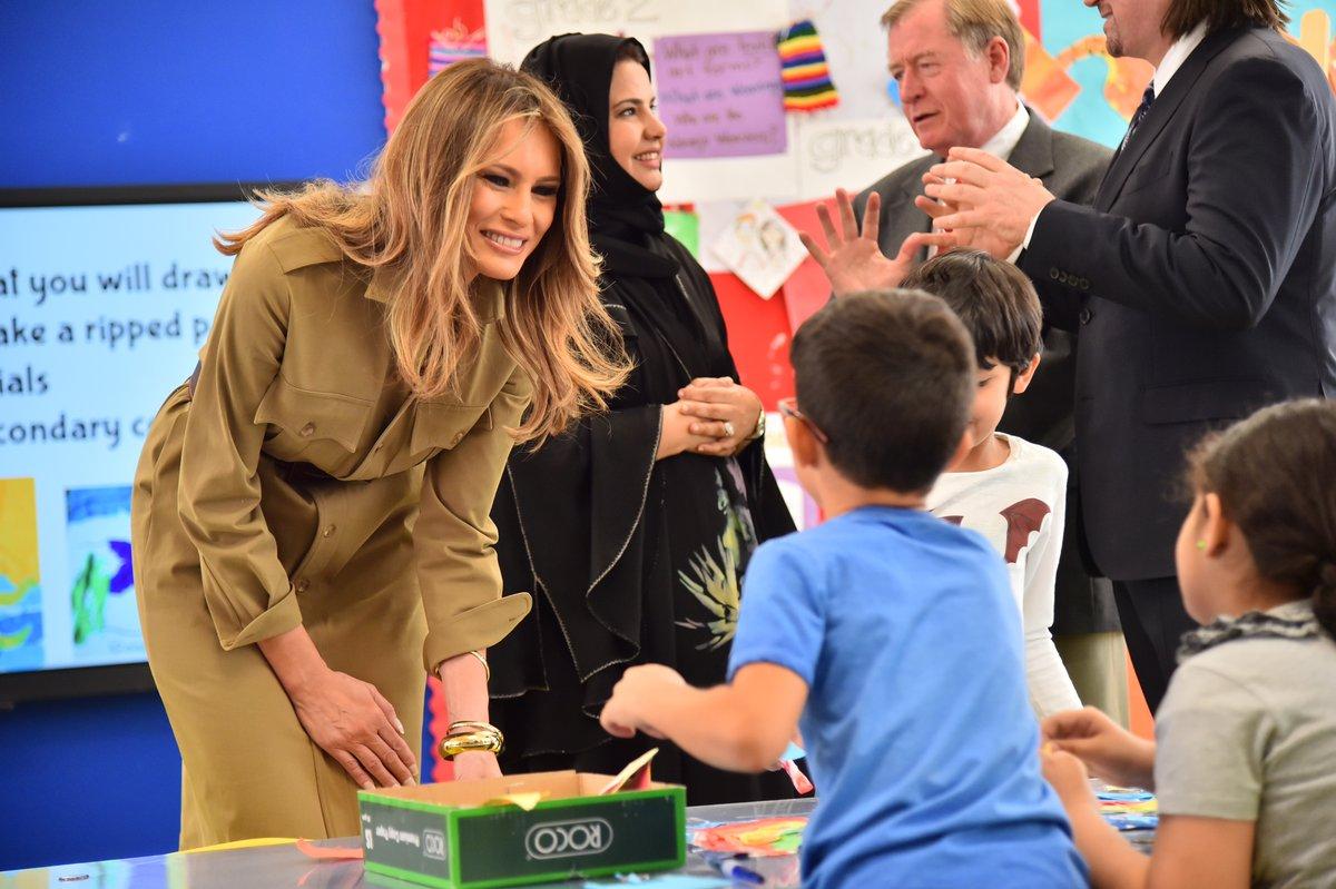 ميلانا ترامب مع الأطفال في المدرسة الأمريكية في الرياض