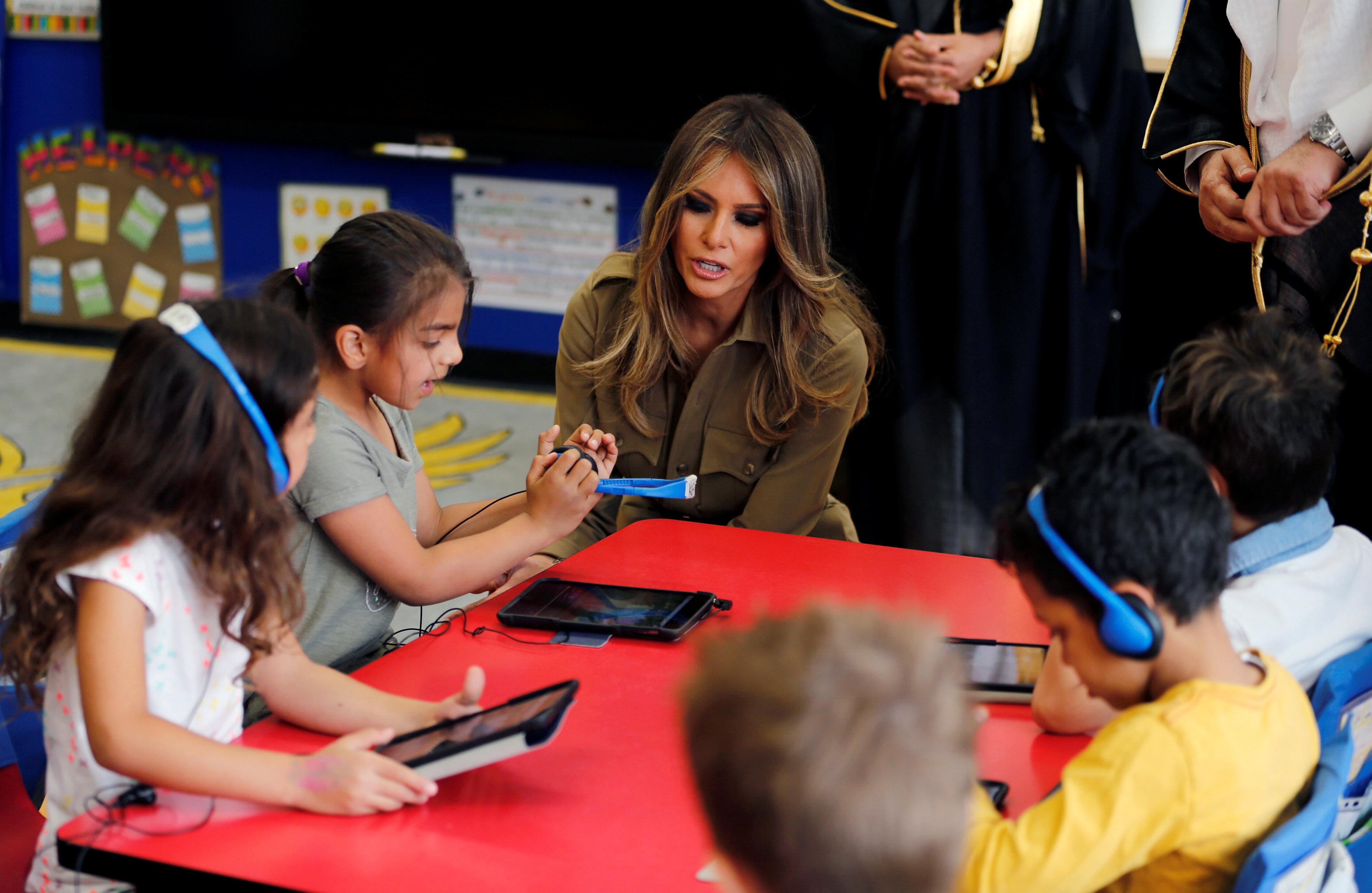 ميلانيا ترامب مع الأطفال