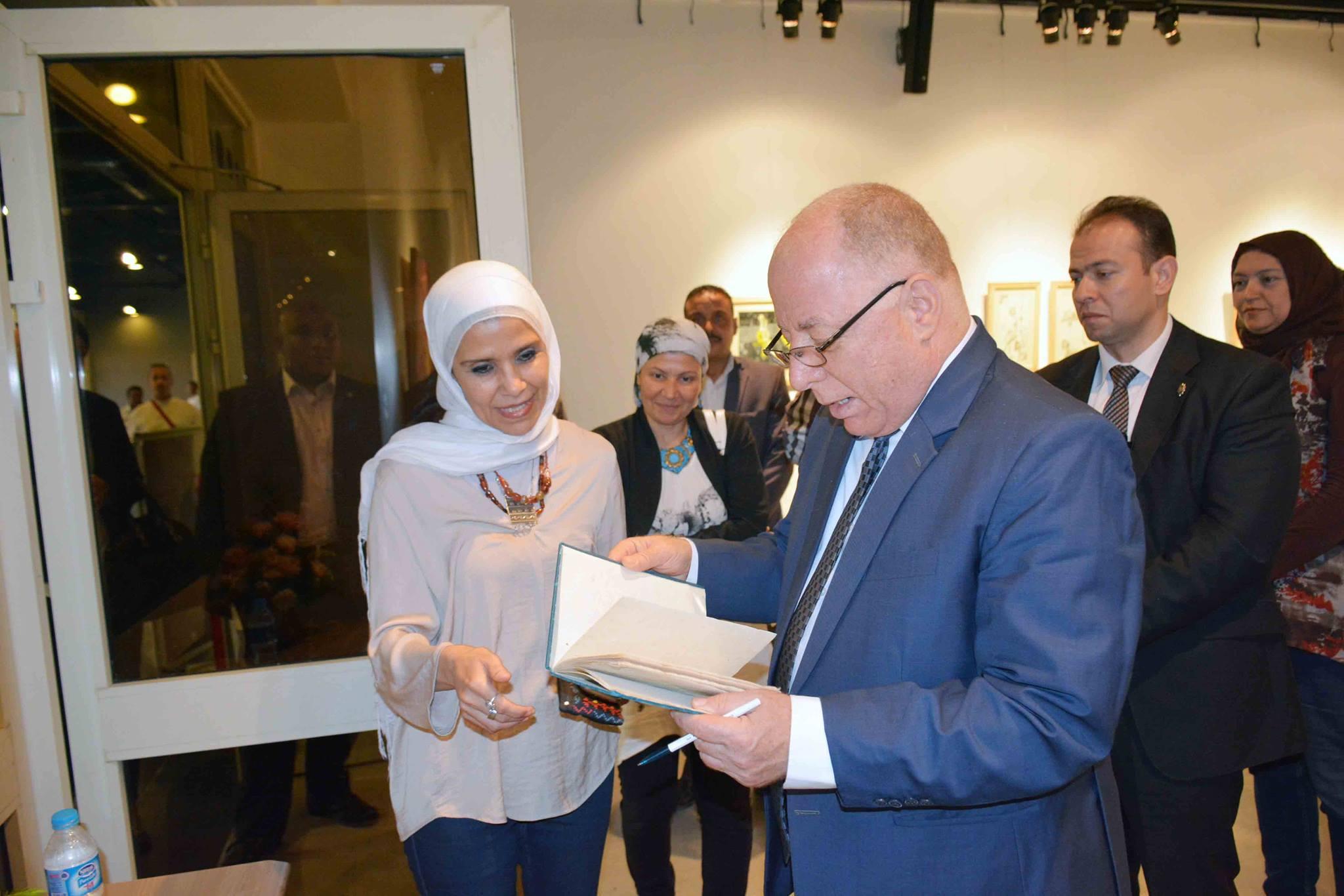 وزير الثقافة يتفقد معرض نجاة فاروق في الهناجر  (1)