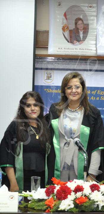 وزيرة التخطيط تناقش رسالة عائشة غنيمي (6)