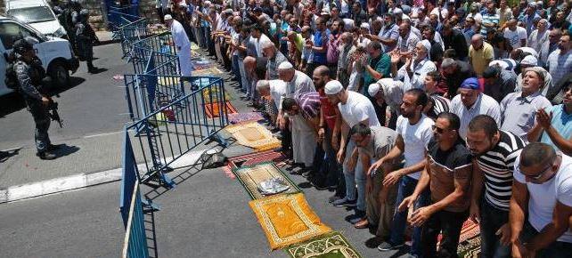 مصلون يؤدون الصلاة خارج المسجد الأقصى