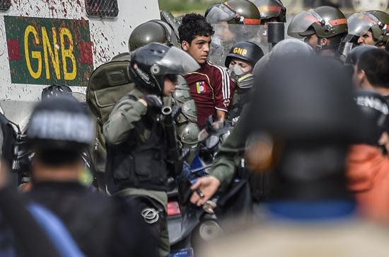 القبض على أحد المتظاهرين