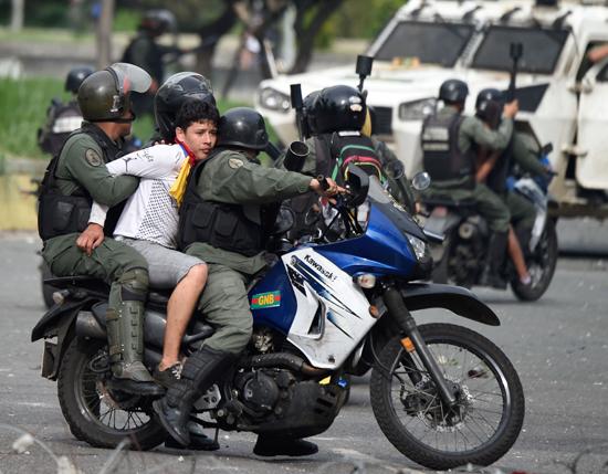 أحد المتظاهرين فى قبضة الشرطة