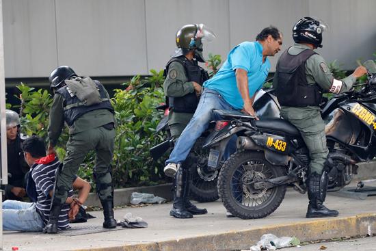 لحظة القبض على أحد المحتجين