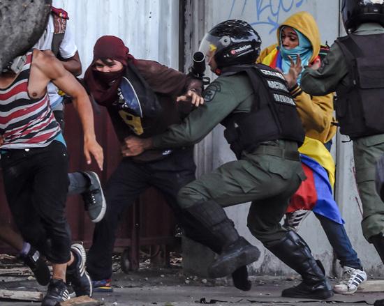 لحظة القبض على سيدة خلال الاشتباكات