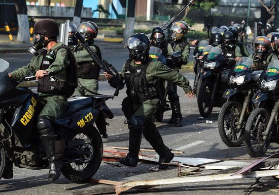 الشرطة الفنزويلية تطارد المحتجين