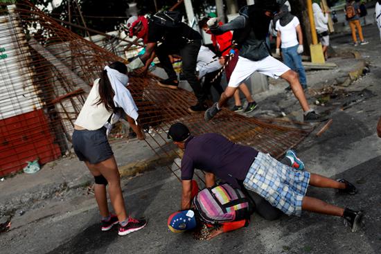 المحتجون يسقطون سياج حديدى
