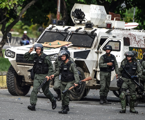 الشرطة تحمل اسلحتها وتتجه لتفريق المتظاهرين