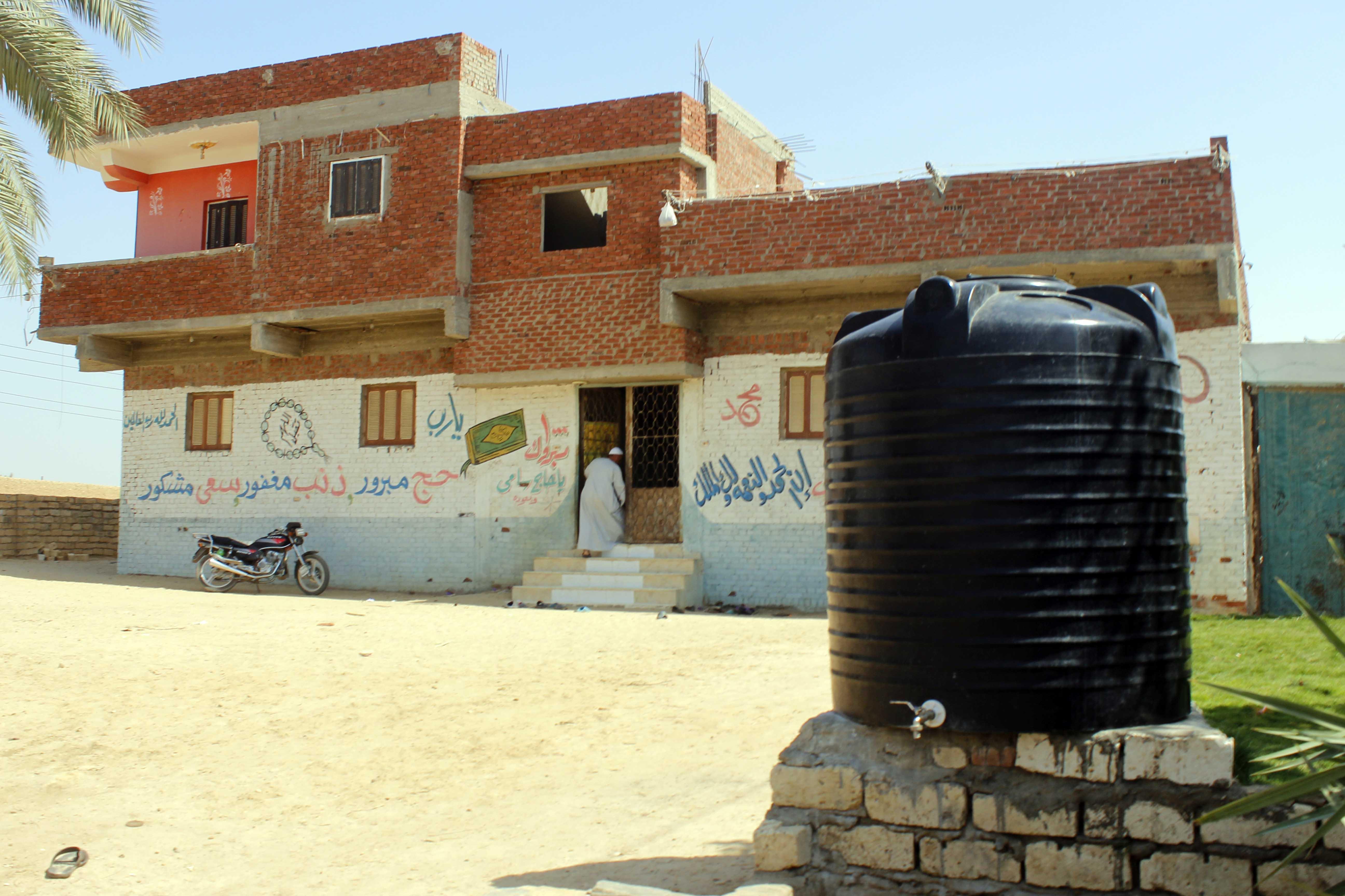 قري  تعيش بدون مياه  شرب  لأربعة أشهر  - تصوير  محمد عوض  (8)