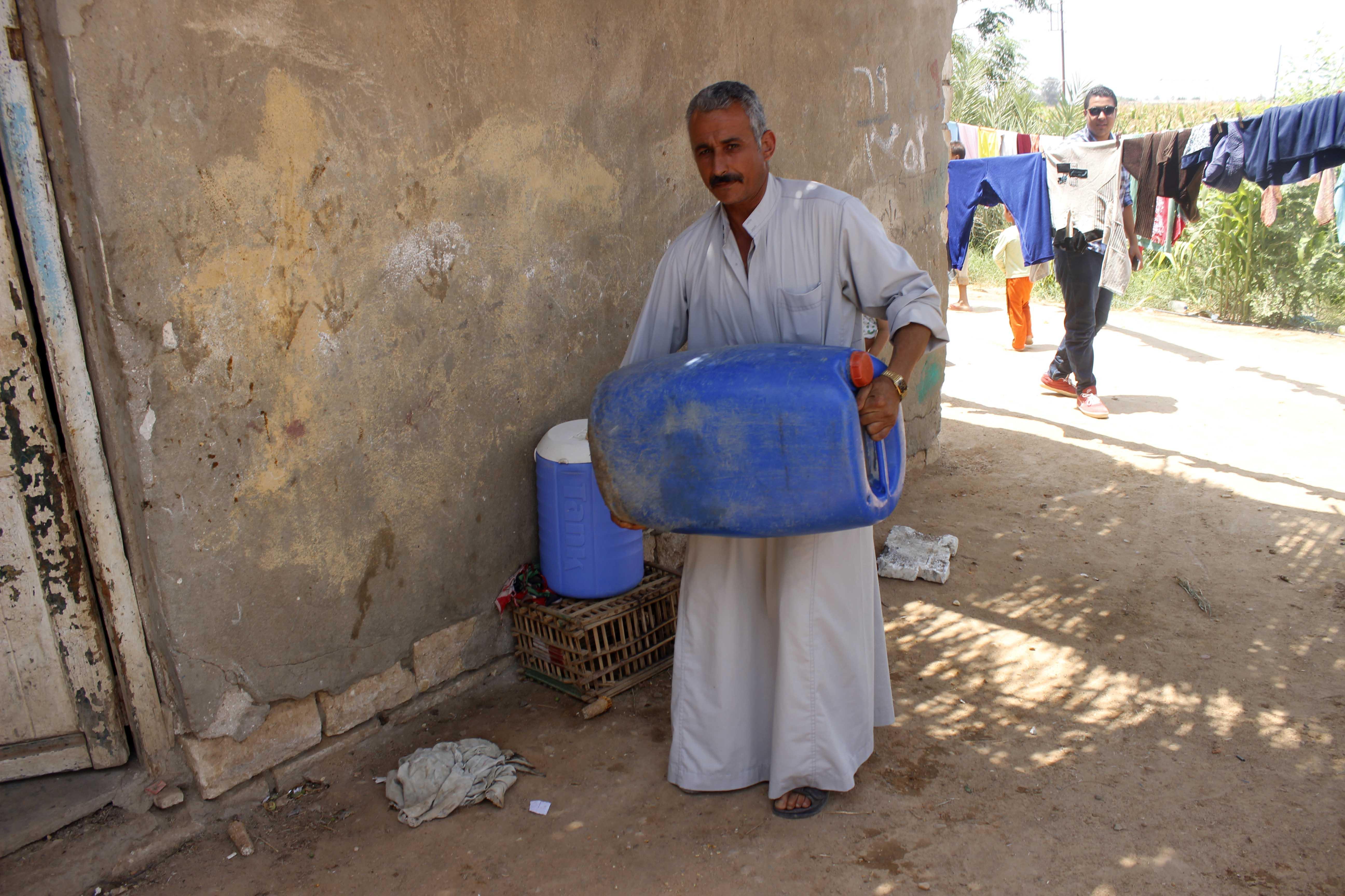 قري  تعيش بدون مياه  شرب  لأربعة أشهر  - تصوير  محمد عوض  (3)